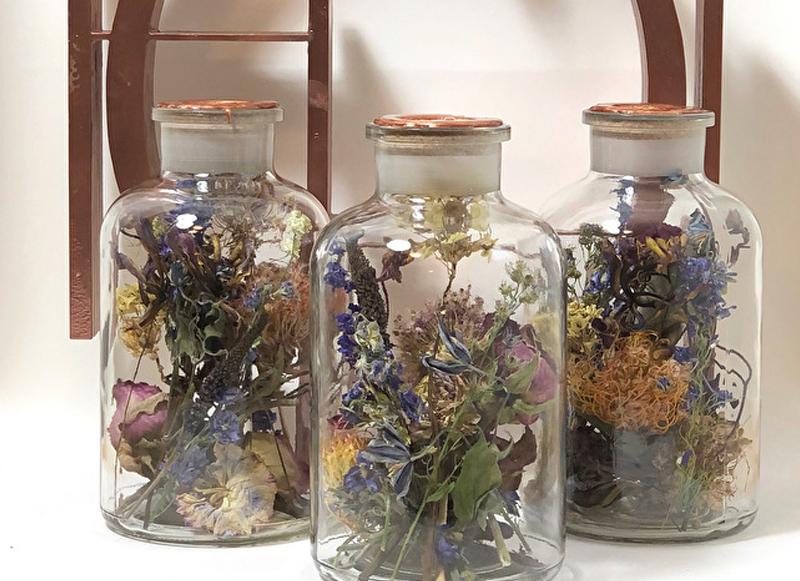 Droogbloemen in glazenpotjes