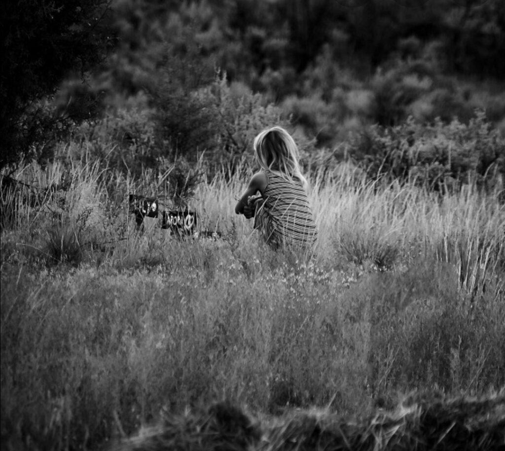 meisje bij een natuurgraf